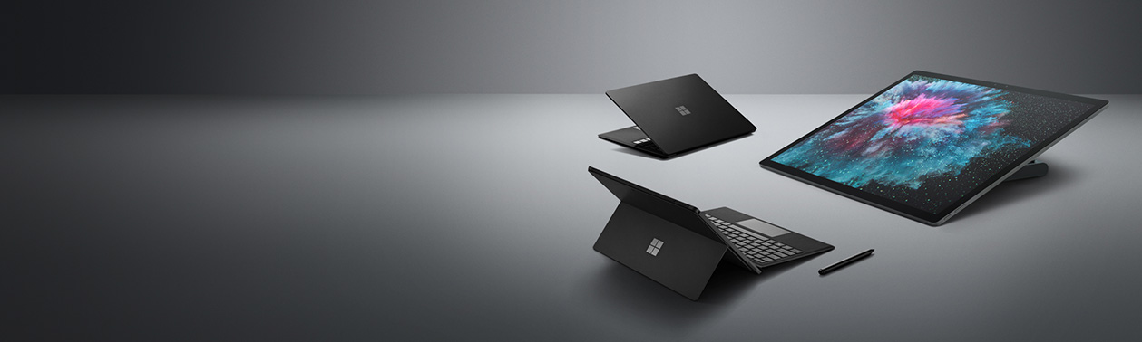 En svart Surface Laptop 2, en Surface Studio 2 og Surface Pro 6 med Surface-penn