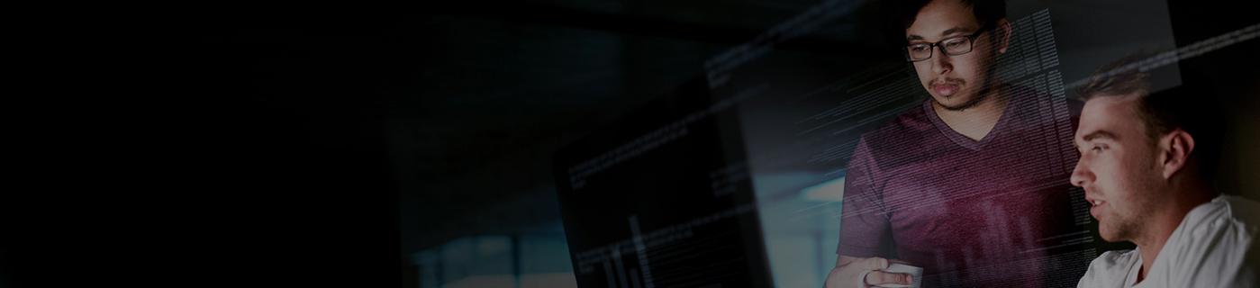 Zwei Männer schauen auf einen Computer