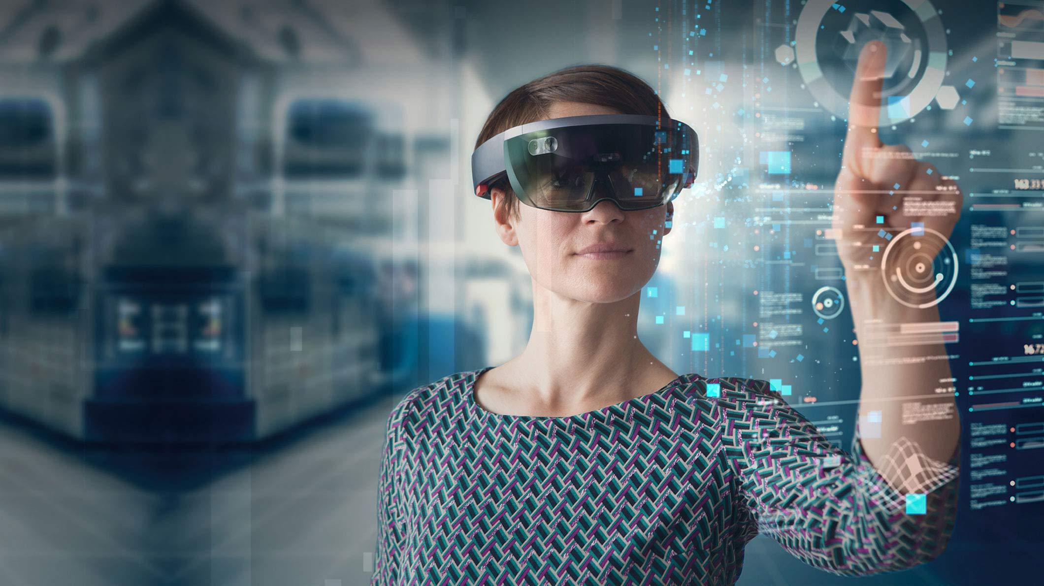 Femeie folosind HoloLens