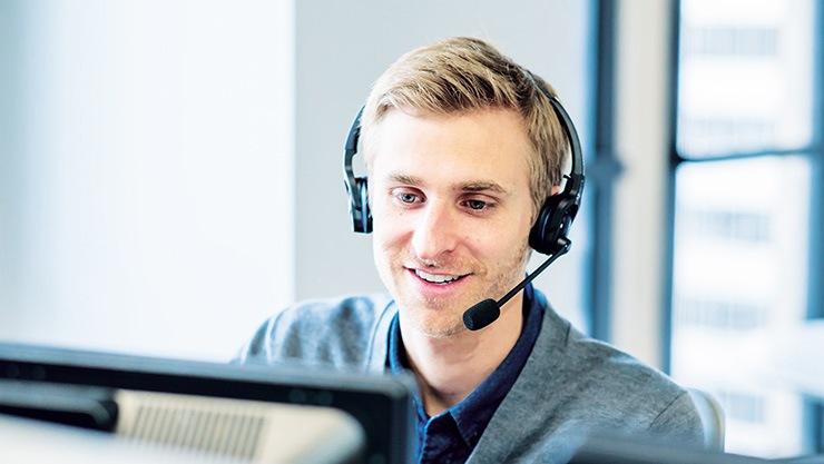 Uomo lavora in assistenza clienti