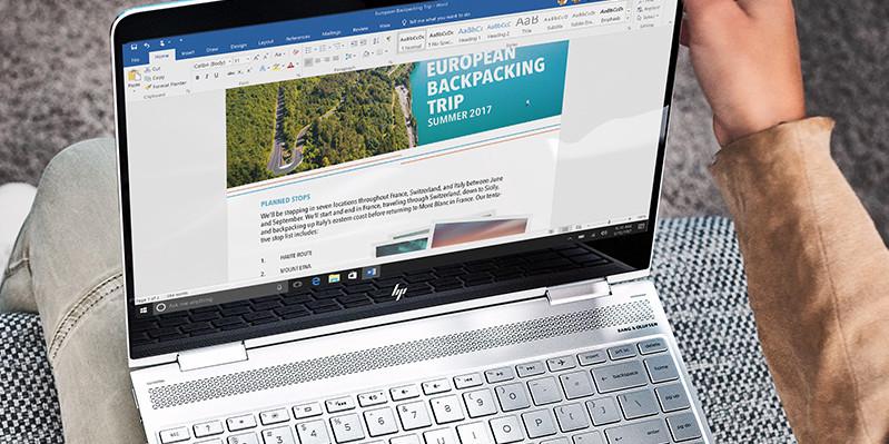 Người sử dụng Word trên máy tính xách tay.