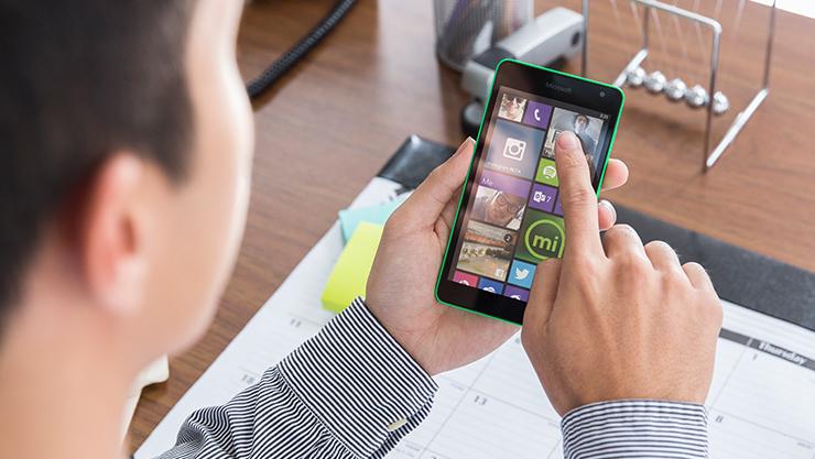 Person using app on Windows phone. | Personne utilisant une application sur un Windows phone.