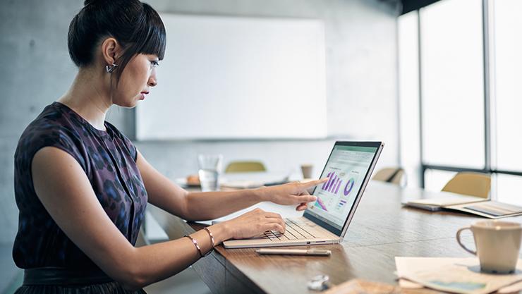 Business women typing on computer | Femmes d'affaires tapant sur ordinateur