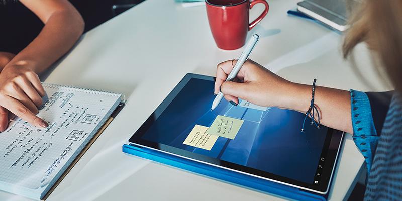 Person writing with Surface pen on a Surface Pro 4 in tablet mode with type cover folded back. | Personne qui écrit avec un stylet Surface sur une Surface Pro4 en mode tablette avec clavier Type Cover déplié.