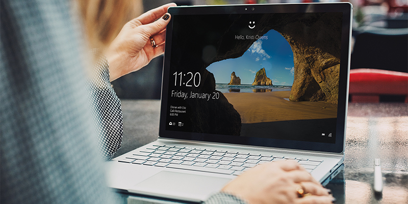 Person using Surface Book with pen | Personne qui utilise Surface Book avec un stylet