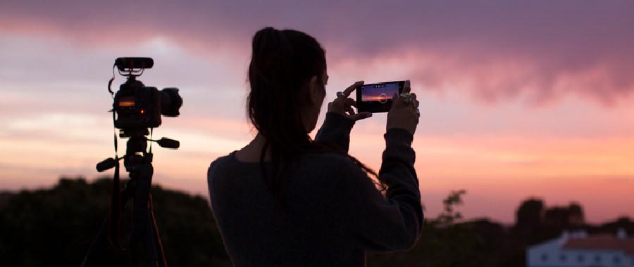 スマート フォンで写真を撮る人