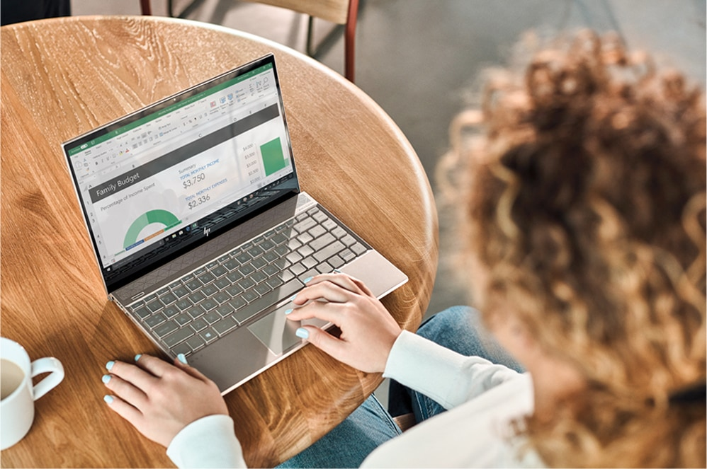 Женщина работает на своем компьютере с Windows 10.