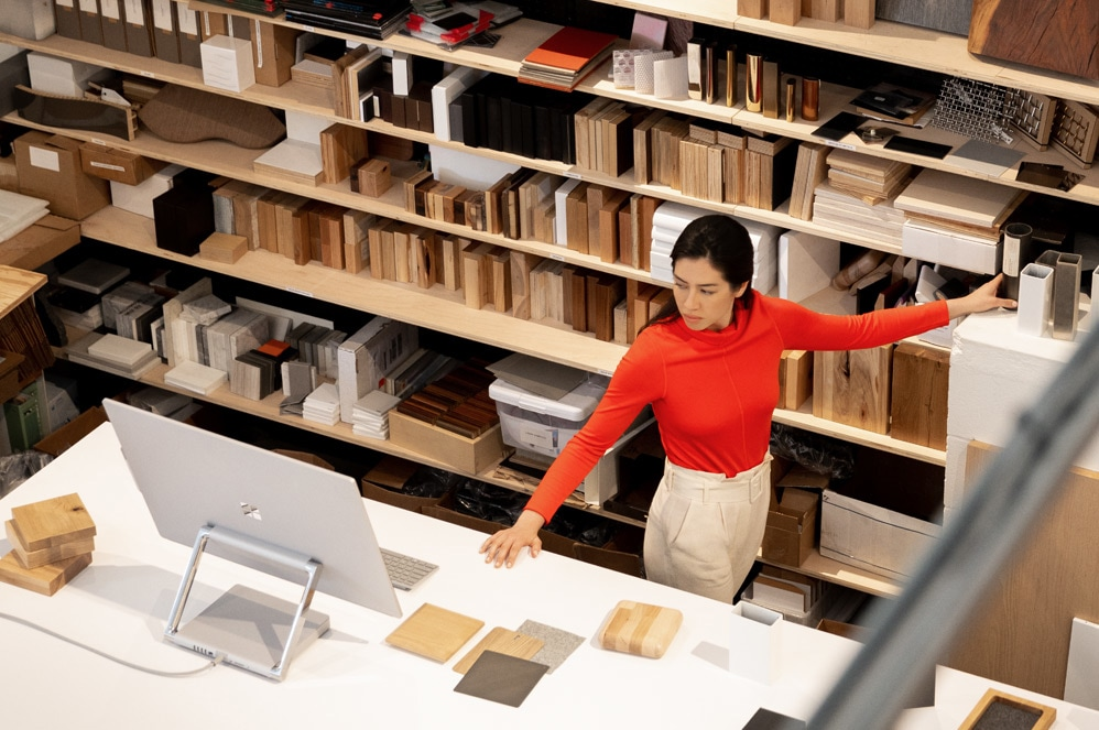 女人在创意工作室环境中使用 Surface Studio 2
