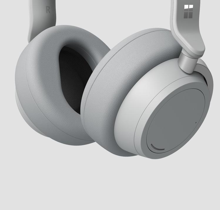 Surface Headphones 柔软的包耳式耳罩的特写图像