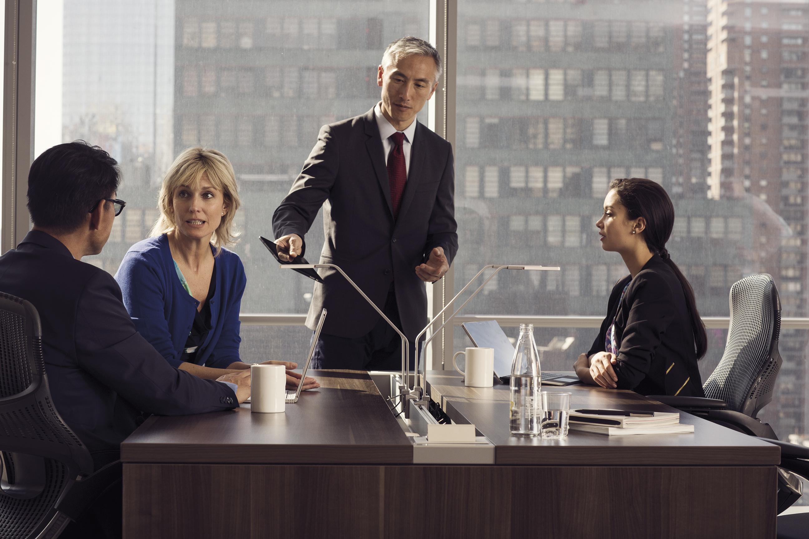 ミーティングをしている4人の人物