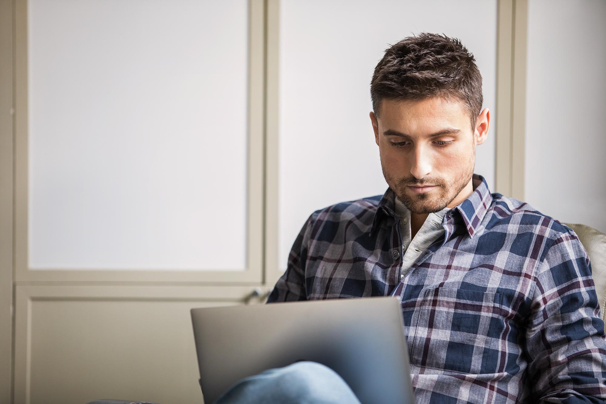 O persoană care lucrează în fața unui laptop