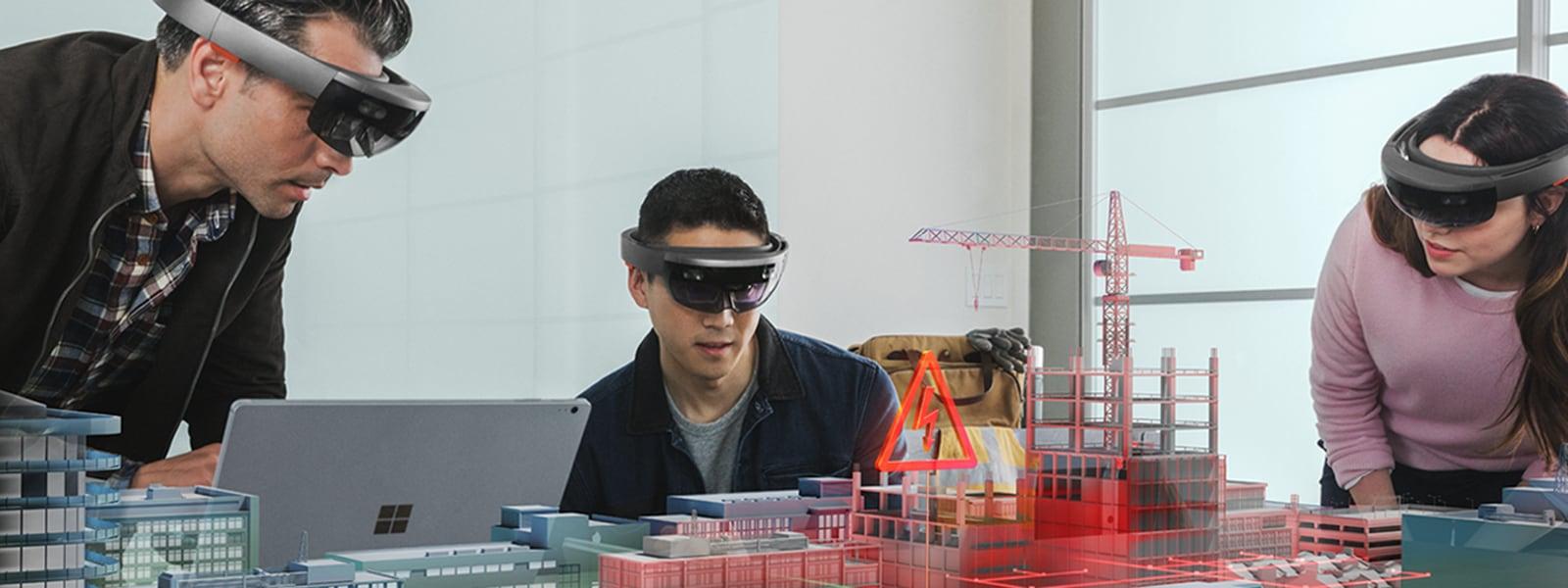 HoloLensを使用している三人