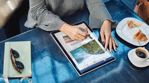 Yeni bir Windows 10 bilgisayarda bir belgeyi düzenlemek için dijital kalem kullanan bir kişi.