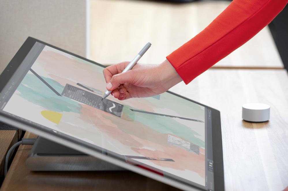 有個人使用 Surface 手寫筆在 Surface Studio 2 電腦上寫字