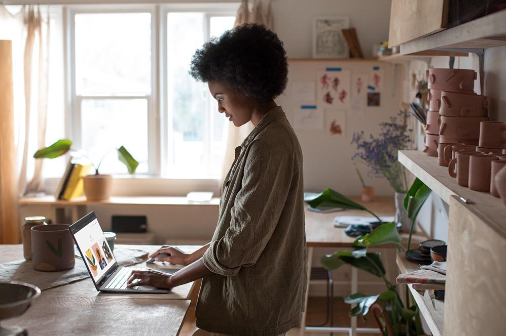 سيدة تكتب على جهاز كمبيوتر كمبيوتر محمول Surface 2