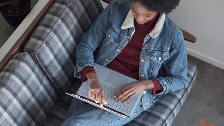 有個人在 Surface Laptop 2 螢幕上寫字