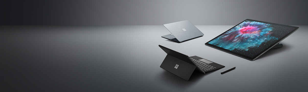 Un Surface Laptop 2 platino, un Surface Studio 2 y un Surface Pro 6 con un Lápiz para Surface