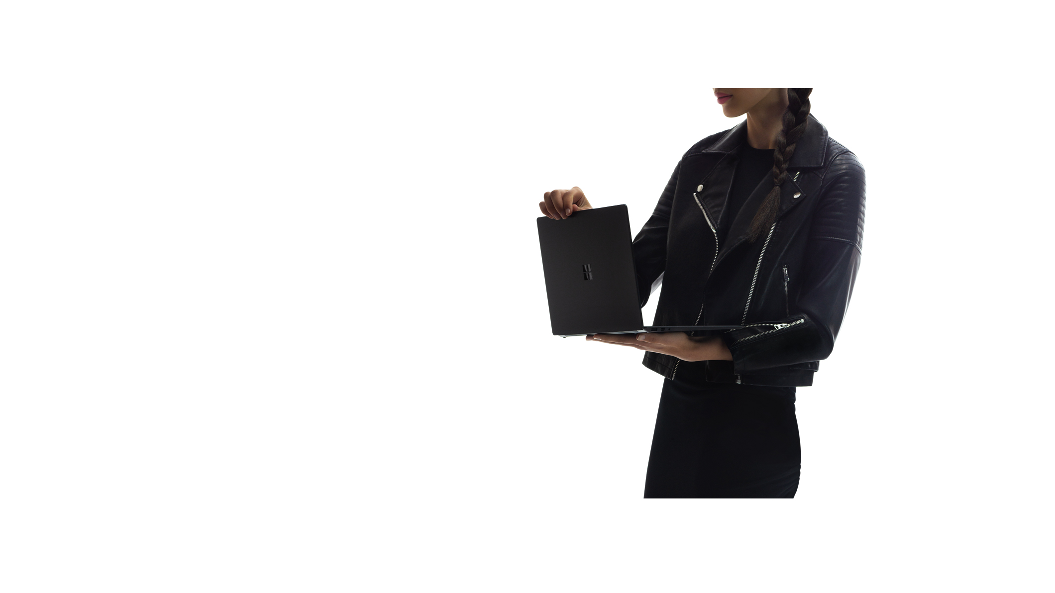 女人拿著 Surface Laptop 2 電腦