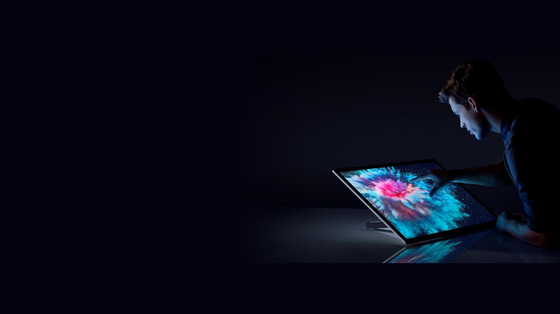 有個人觸碰 Surface Studio 2 的螢幕