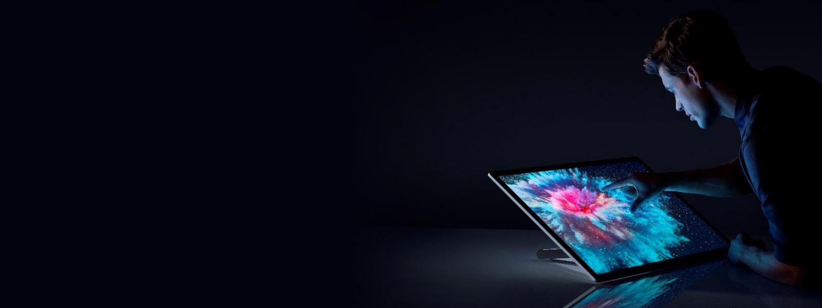 شخص يلمس شاشة جهاز Surface Studio 2