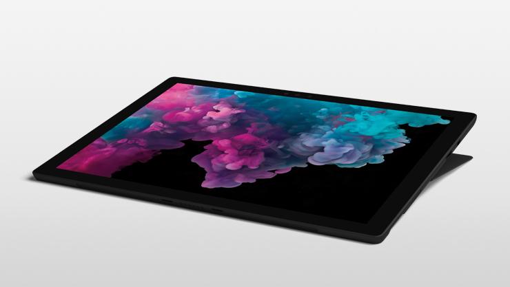 採用工作室模式的黑色 Surface Pro 6