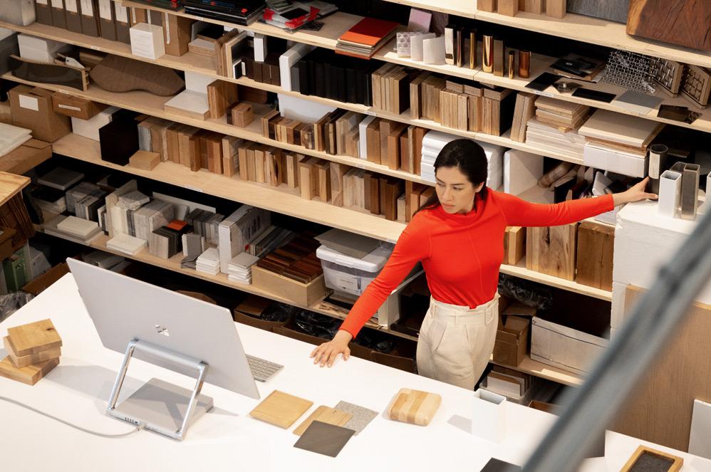 在創意工作室裡,女人在 Surface Studio 2 上工作