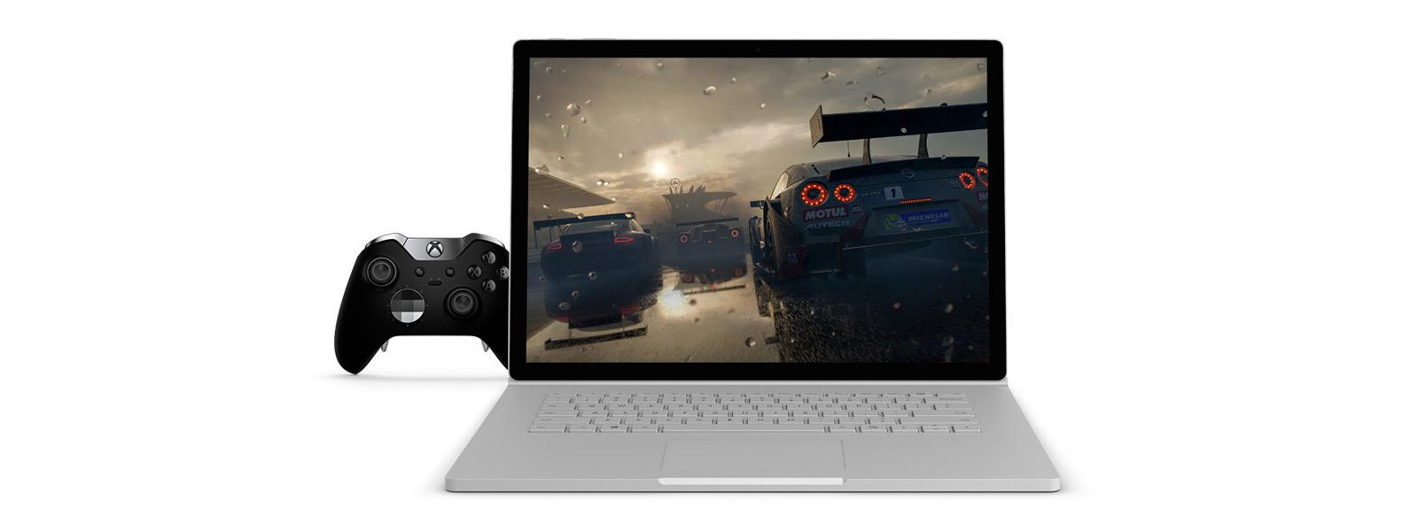 15 英寸 Surface Book 2 上显示《极限竞速:地平线 4》(Forza Horizon 4) 游戏作品,侧边连接了 Xbox 精英控制器