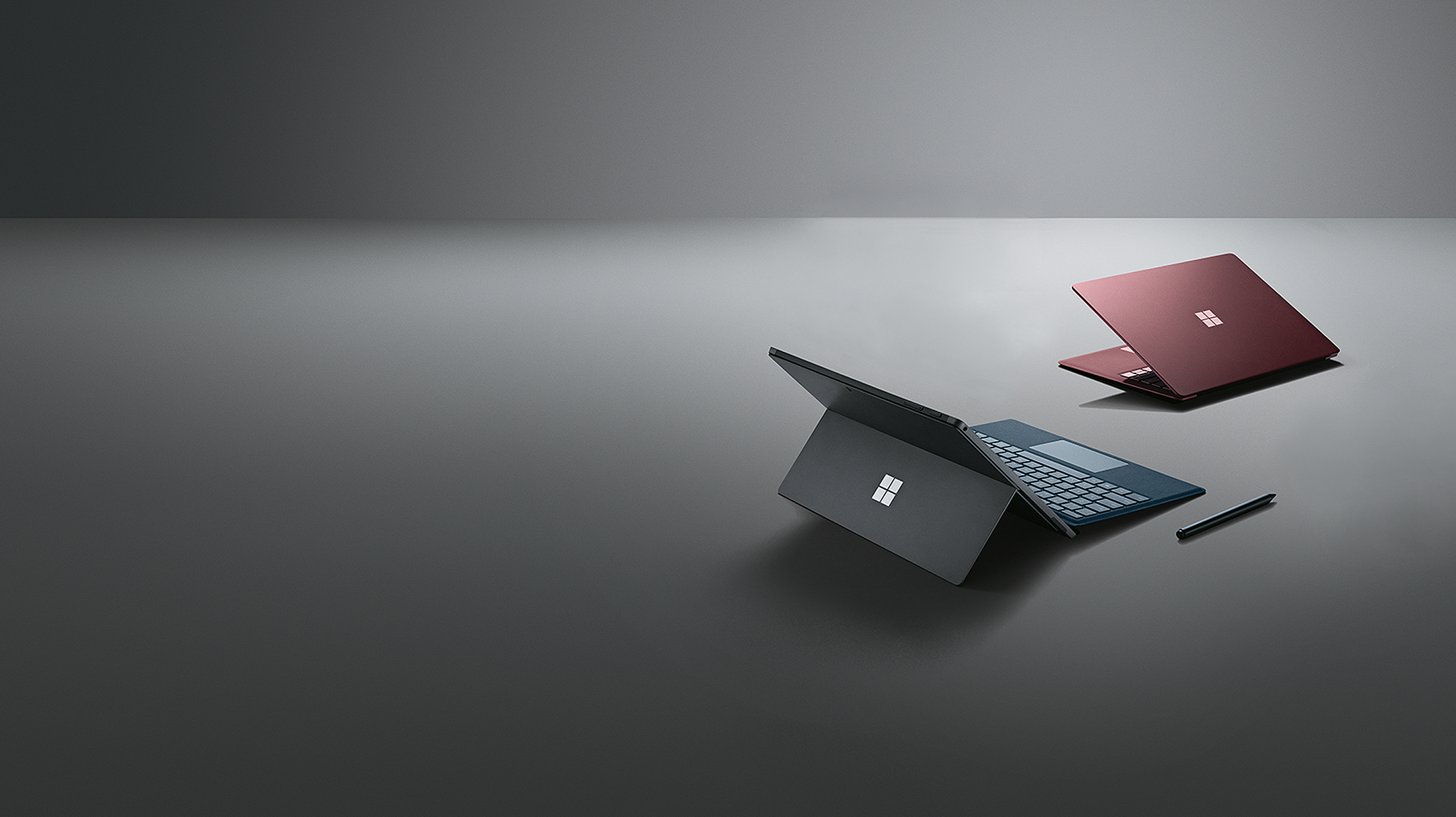 置于特定展示角度的 Surface Pro 6、Surface Pen 和 Surface Laptop 2