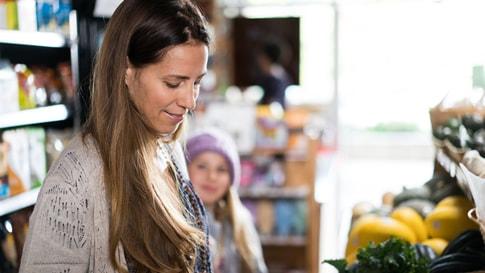 Femme faisant ses courses dans une épicerie