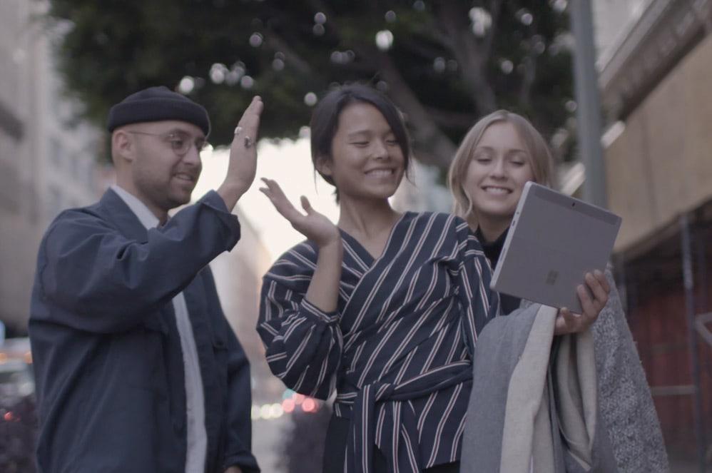 Tre personer i videochat med Surface Go