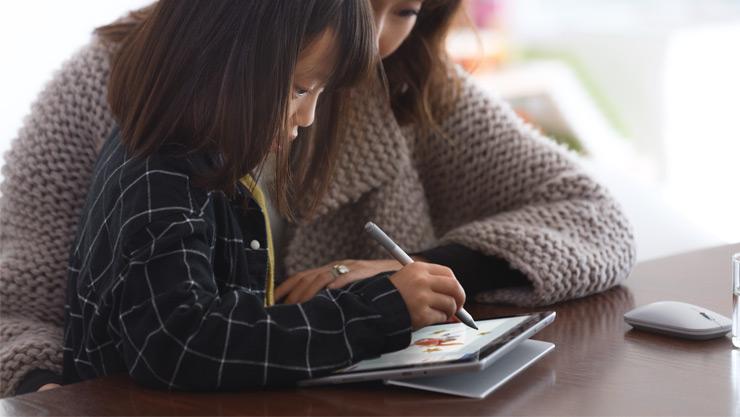 Mutter und Tochter benutzen einen Surface Pen mit Surface Go in Paint 3D