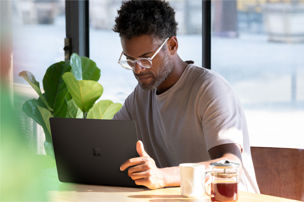 En man arbetar på en Surface Laptop 2