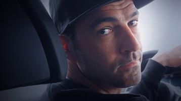 Rennfahrer Lucas Luhr sitzt in einem Auto und schaut über die Schulter