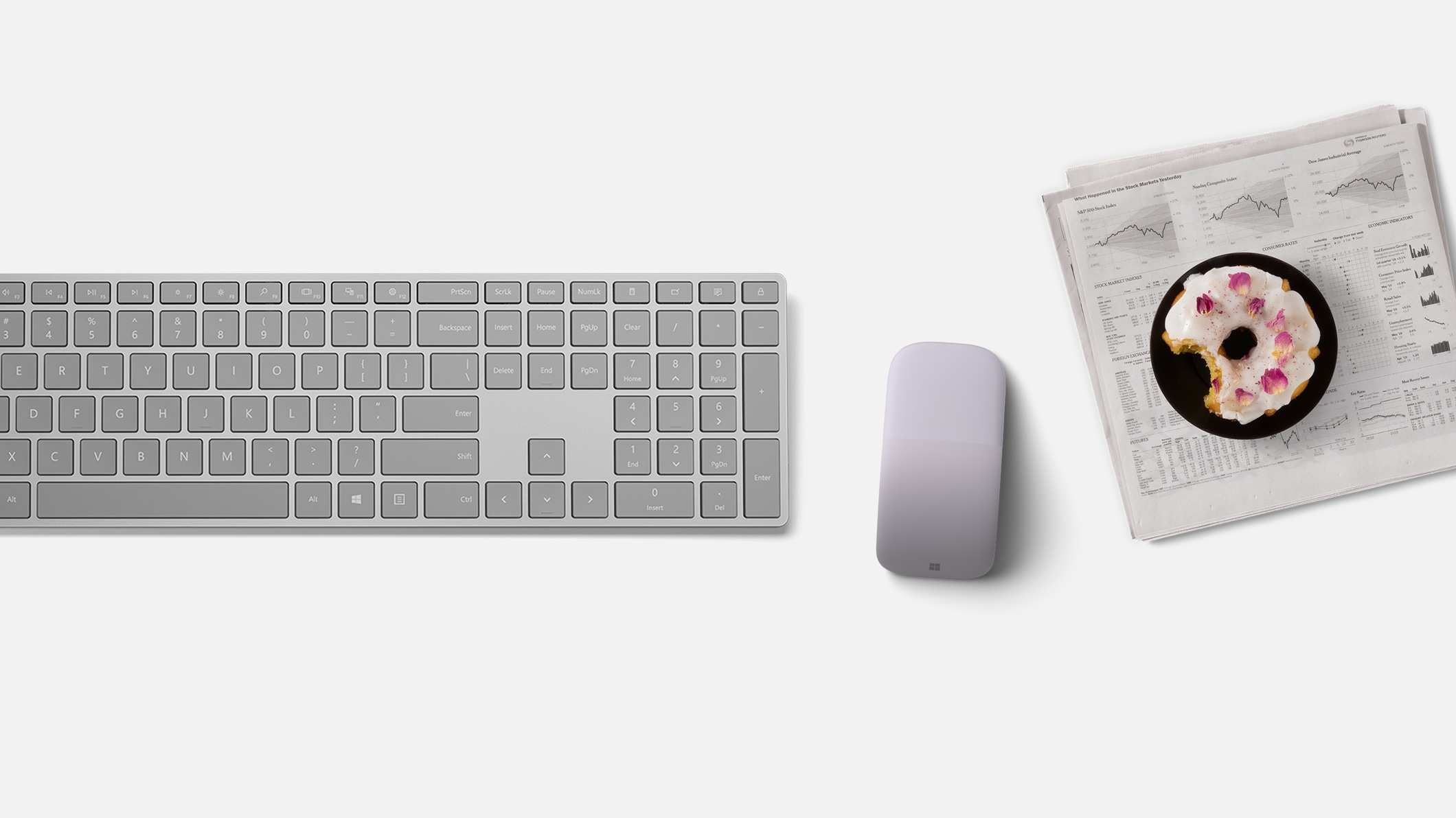 Microsoft Arc Mouse bevindt zich naast een Surface Keyboard.