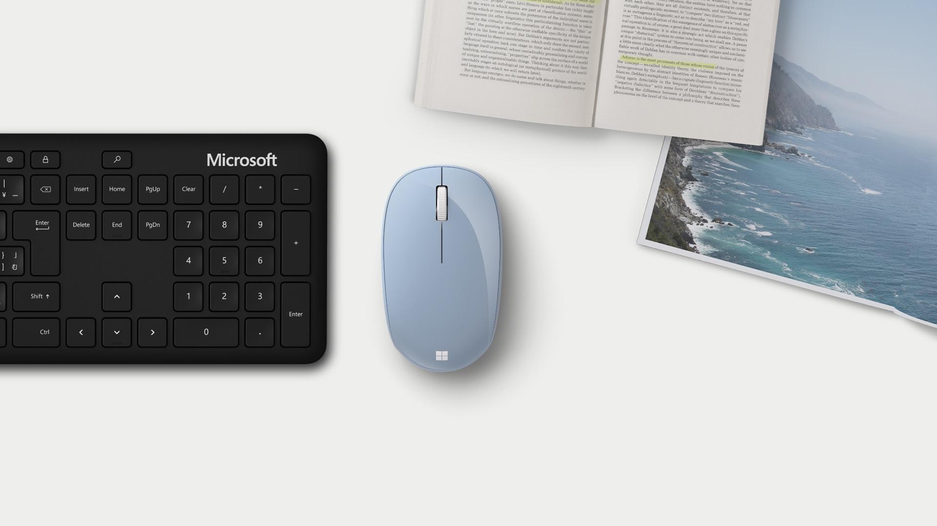 Souris Microsoft Bluetooth® et clavier Microsoft Bluetooth® sur un bureau.