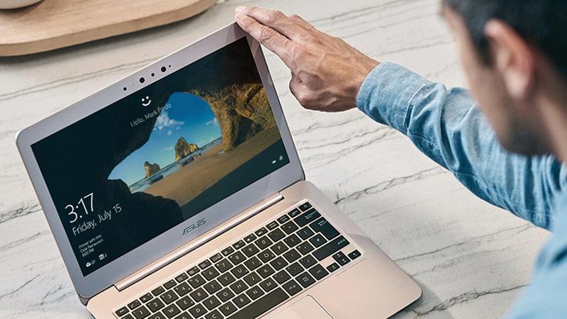 Um homem desbloqueando seu computador com Windows 10 usando o reconhecimento facial do Windows Hello.