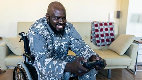 رجل في كرسي متحرك ولعب ألعاب الفيديو