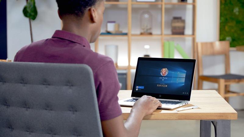 Windows Hello yüz tanýma özelliðini kullanarak Windows 10 bilgisayarýný açan bir kiþi.
