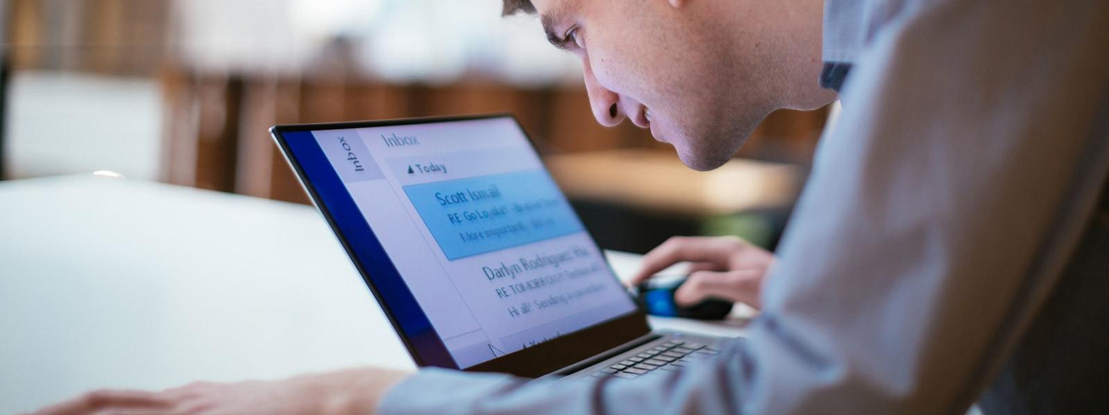 ?Windows 10 bilgisayarýnda çalýþan ve okunmasý kolay, büyük metni ekranda gösteren bir adam.