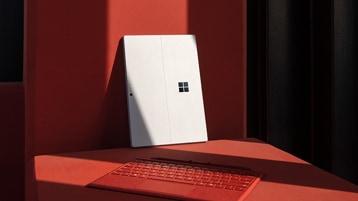 Een nieuwe Surface Pro 7 voor zakelijk gebruik met Poppy Red Type Cover