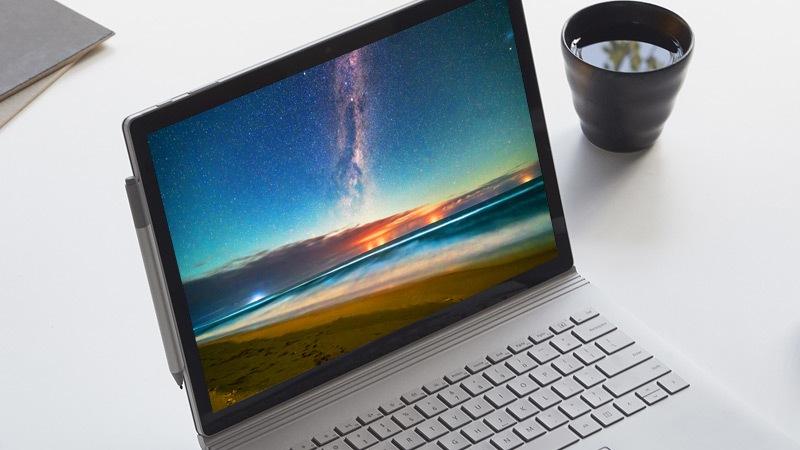 Ekranda muhteþem bir gün batýmý gösteren bir Windows 10 4K bilgisayar.