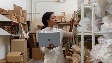 Der neue Surface Laptop 3 für Unternehmen aneinander gelehnt.