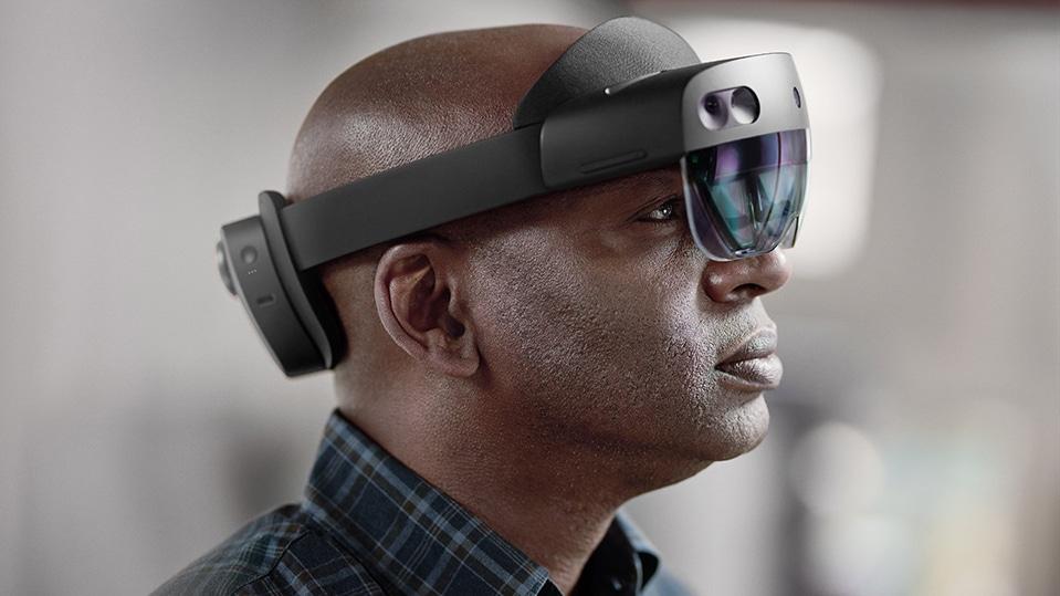 Des professionnels de la santé utilisant l'appareil HoloLens à des fins médicales