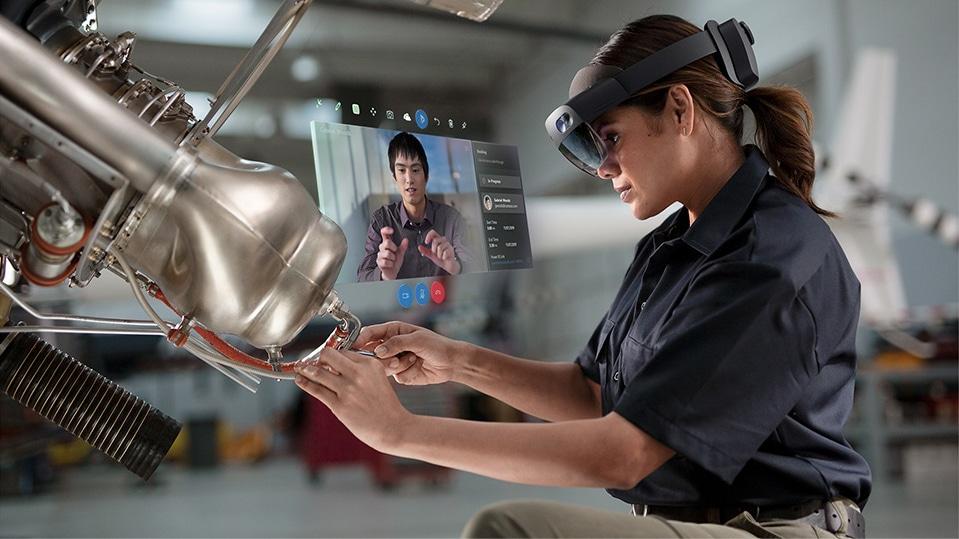 Un hombre utiliza un dispositivo HoloLens en el trabajo