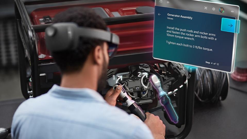 Un hombre tiene su dispositivo HoloLens sujeto cómodamente en la cabeza.