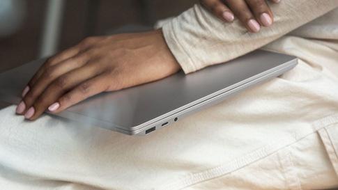 Naisen sylissään suljettu Surface Laptop 3