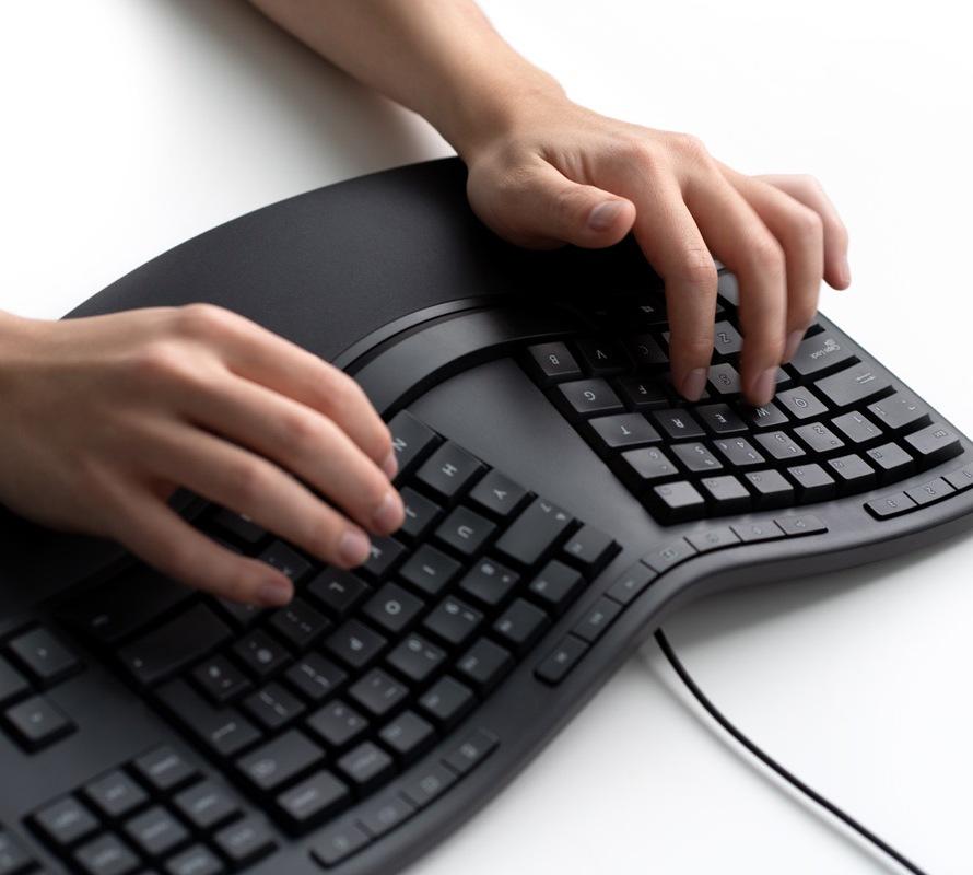 Một người làm việc trên Bàn phím công thái học của Microsoft