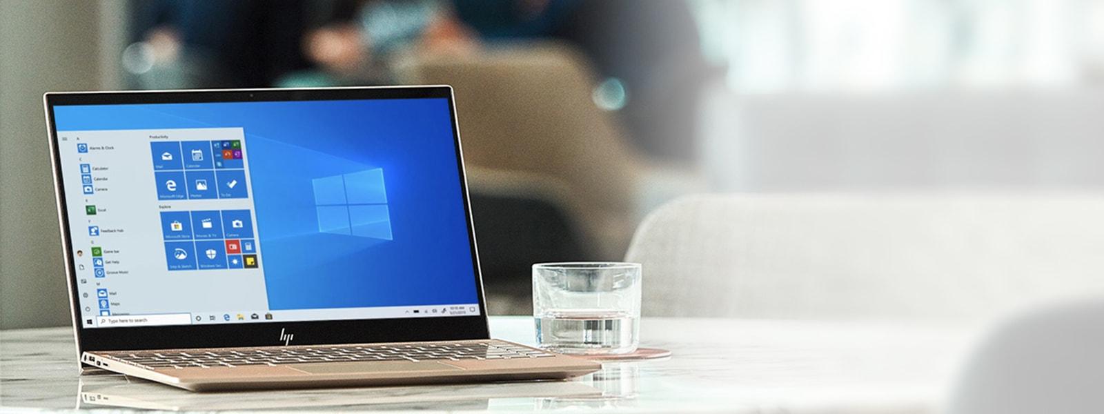كمبيوتر محمول موضوع على طاولة