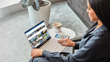 OneDrive yüklü bir Windows 10 dizüstü bilgisayar kullanan bir kadın