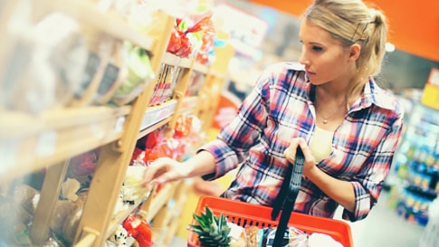 A women purchase the goods in super market